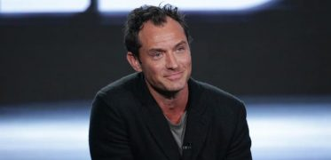 Jude Law da attore a cantante sul set di The New Pope |  il video del mega party con