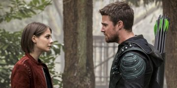 Willa Holland in Arrow 8 al fianco di Stephen Amell per il g